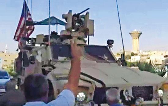 美軍自本月初陸續撤出敘利亞東北部,有當地的庫爾德族人周二聚集在街頭,向撤離的美軍車輛投擲爛水果和薯仔,怒斥美軍「像老鼠一樣逃走」。(網上圖片)