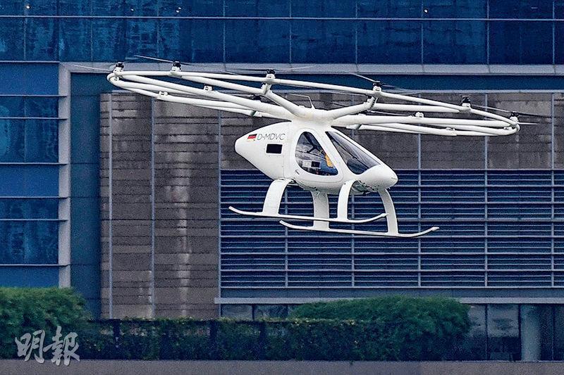 昨日在新加坡亮相的飛天的士外形像一具航拍機,可載重200公斤,搭載兩人。(法新社)