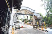 台灣殺人案疑犯陳同佳昨日出獄後,乘坐由聖公會教省秘書長管浩鳴安排的七人車駛入私人屋苑京士柏山後,未有再在鎂光燈下現身。(楊柏賢攝)