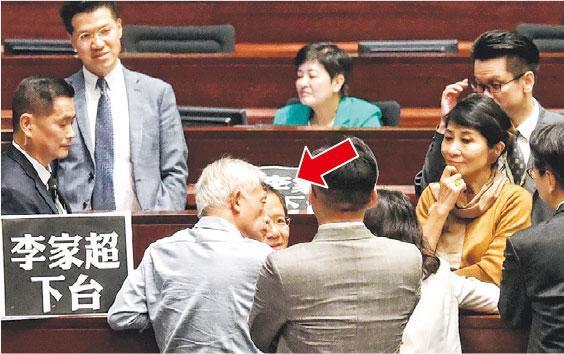 公民黨郭家麒(箭嘴示)在會上叫口號,要求律政司長鄭若驊和保安局長李家超下台,被立法會主席梁君彥要求離開,經擾攘後會議一度暫停。(劉焌陶攝)