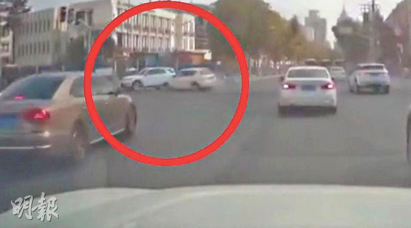 現場短片顯示,肇事私家車至上海金沙江路時高速衝過紅燈,撞擊一輛右轉私家車,並撞到三輛單車及數名行人。(網上圖片)