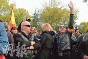 西班牙埃爾帕多的明戈魯維奧墓園入口,周四有民眾擺起法西斯敬禮手勢,該墓園是佛朗哥遺骸的新落葬地。(法新社)