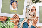 孟拉加女生拉菲4月因拒絕撤回對校長的性騷擾指控,遭澆油放火燒死。事後首都達卡大批民眾手持拉菲肖像照片抗議,要求嚴懲兇徒。(法新社)