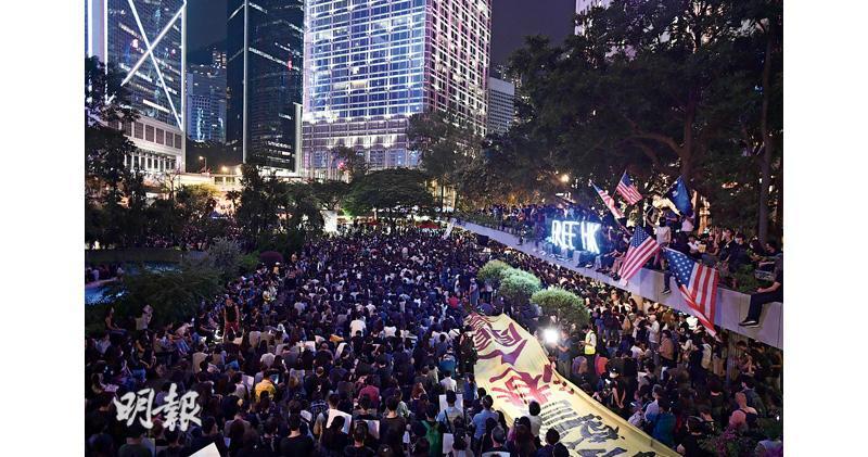 有醫護人員昨晚發起「尊重人權 克制警權」集會,參加者坐滿中環遮打花園,大會稱集會人數超過1萬,警方稱最高峰有2300人。(賴俊傑攝)
