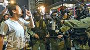 防暴警趕在元朗大馬路驅趕示威者,被在場的人指罵,有警員一度舉起胡椒噴霧。(梁銘康攝)