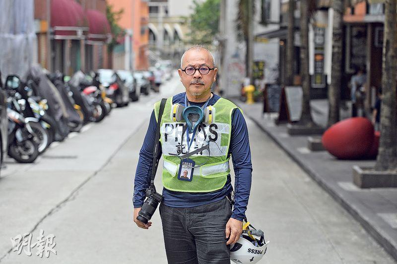 即將滿69歲的牧師陳恩明參與反修例運動,近日更當起「實習記者」,報道反修例消息。問他會否擔心體力問題,他自信地說有接受跑步訓練,相信可應付採訪工作。(楊柏賢攝)