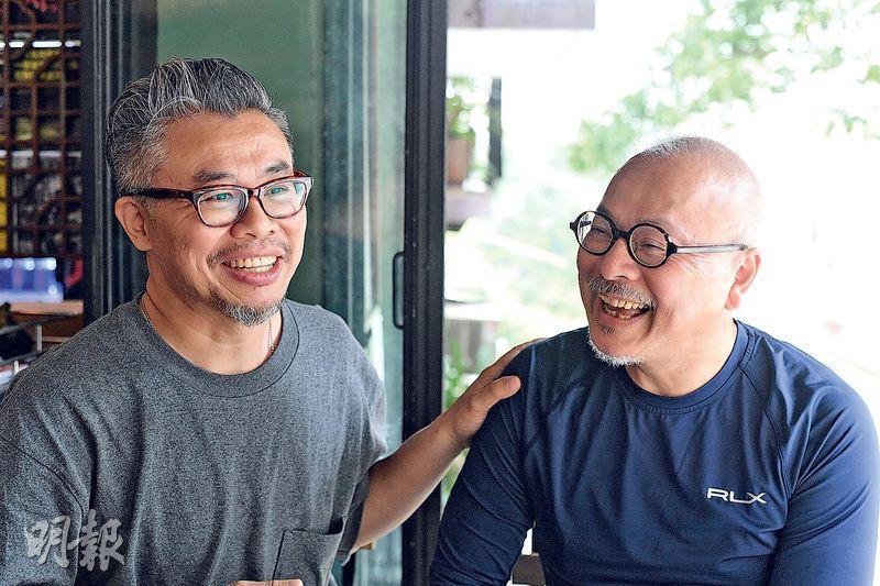 牧師陳恩明(右)最近在基督教網媒「白夜」當實習記者,與「師父」攝影記者阿樂(左)一起走到示威現場,希望從基督教角度報道反修例運動。(楊柏賢攝)