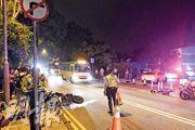 涉事白色平治(右)右轉入私人屋苑傲瀧時,死者的電單車駛至撞上,事後橫卧路邊,旁邊可見不准右轉的交通標誌牌。(樊銳昌攝)