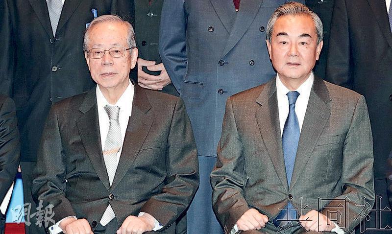 在論壇上,國務委員兼外長王毅和日本前首相福田康夫合影。(網上圖片)