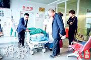 山東棗莊市67歲的退休醫生田女士(牀上)前日誕下一名女嬰,她稱自己是「自然受孕」。其丈夫、68歲的黃先生(右一)在手術室門外等候。(網上圖片)
