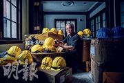 台灣濟南基督長老教會牧師黃春生表示,隨着6.12、8.31等港警使用愈大武力事件,此後數天教會收到愈多物資,認為捐物資的台灣人不滿「港警暴力」大於政治理由。細看頭盔,都有支持港人的裝飾,「都是捐贈者加上去的,頭盔內常有小卡片、小字條,都是『香港加油』之類留言」。(馮凱鍵攝)