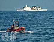 10月6日,在黃海執行任務的美國「斯特拉頓」號派出一艘巡邏快艇(前),而不遠處中國的萬噸級海警船(舷號2901,後)在近距離監視。(美國國防部)
