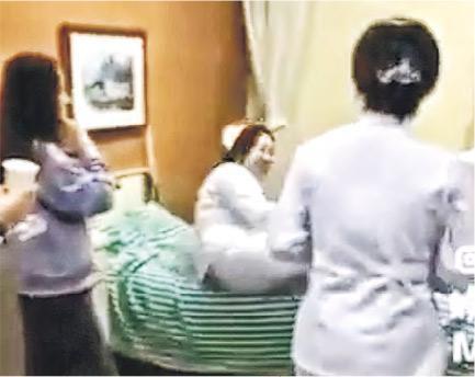 網傳短片顯示,林俊傑出院後,多名護士圍在其用過的病床前,其中一個護士嬉笑着躺在病牀上,旁邊的護士們興奮地舉着手機拍照留念,隨後,另外一名身穿黑色衣服的女士也衝上前去順勢躺在病牀上。