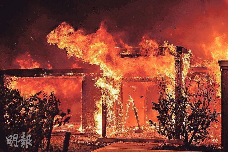 加州希爾茲堡(Healdsburg)有民居周日被山火烈焰燒毁。(法新社)