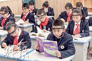 內地浙江、上海等地不少小學的學生近期戴上自稱能監控注意力的頭環,事件引發爭議。圖為浙江金華的一所學校,小學生戴着腦機接口頭環在上課。(網上圖片)