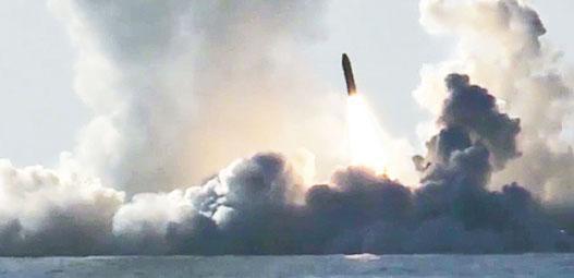 挪威周二表示,俄羅斯上周起派出約10艘潛艦到北大西洋參加軍事演習,並稱其為冷戰結束以來俄國最大規模的同類型演習。圖為俄軍去年發射「布拉瓦」潛射導彈的情景。(網上圖片)