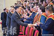 第五屆全國非公有制經濟人士優秀中國特色社會主義事業建設者表彰大會8月29日在北京召開,全國政協主席汪洋(前左)等和與會者握手。(新華社)