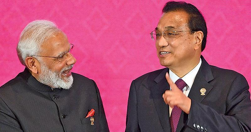 李克強總理昨日出席16個國家參與的區域全面經濟伙伴關係第三次領導人會議。圖為李克強(右)與印度總理莫迪(左)在峰會上握手。(法新社)
