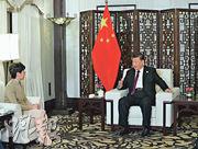國家主席習近平(右)和特首林鄭月娥(左)前日在上海一起出席第二屆中國國際進口博覽會。林太在前晚獲習近平接見,是6月反修例風波以來首次。(新華社)
