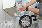 理大護理學院博士孫桂萍表示,下方有膠兜的乾手機(如圖)容易盛水,會積聚細菌;而在乾手機下放置無蓋垃圾桶,會令細菌被乾手機吹起,建議改用有蓋垃圾桶,並放於遠離乾手機地方。(鍾林枝攝)