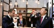 進博會昨日開幕。習近平和各國領導人在會後巡館。圖為習近平(右)在法國總統馬克龍(左)陪同下首先來到法國館,馬克龍邀請習近平品嘗法國紅酒。(法新社)