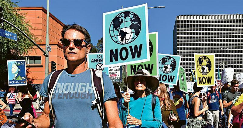 儘管特朗普政府政策變改,不少美國民眾依然重視環保,希望當局馬上設法遏止全球暖化。圖為上周五洛杉磯民眾參與關注氣候變化示威。(法新社)