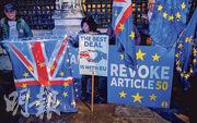 隨着英國將於12月12日舉行大選,有留歐派示威者周一聚集在國會大廈外,手持「最好的協議是與歐盟一起」等標語牌。(法新社)