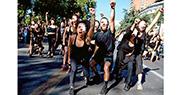 智利聖地亞哥周三有黑衣人遮着眼示威,抗議警方濫用橡膠子彈等導致示威者失明。(法新社)