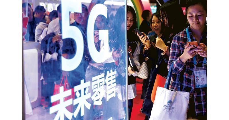 第二屆中國國際進口博覽會今日閉幕。昨日在進博會展館,各式展品吸引了許多參觀者前來新體驗,特別是在5G技術支持下「未來零售」體驗區,許多人都體會到高速購物的滿足感。(中新社)