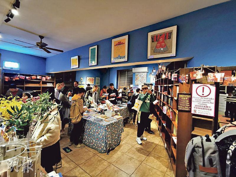在北京南三里屯有14年歷史的北京「老書蟲」書店,將於本月中旬結業。圖為聽聞地標式的書店將關閉,不少書迷前來捧場並與書店道別。(網上圖片)