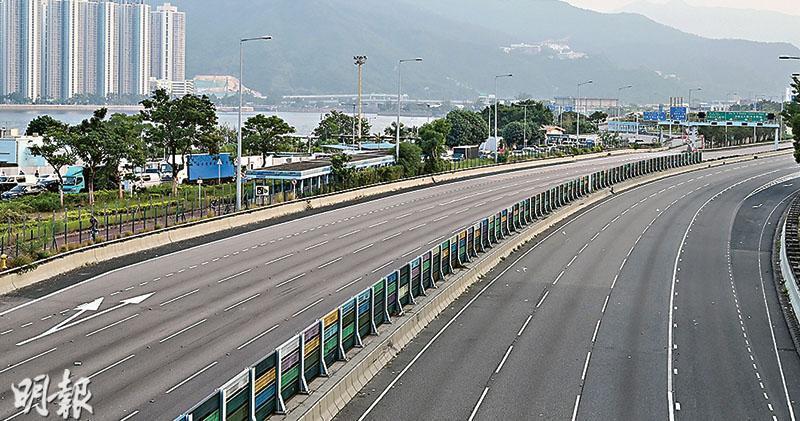連接新界北及市區的吐露港公路來回行車線昨天全日受阻。圖為昨午情况。(賴俊傑攝)