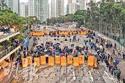 示威者在浸大外的聯合道近樂富一段築路障,路面有大量磚頭,兩邊則有黃色水馬陣,示威者並組成傘陣戒備,防暴警察曾經到場,氣氛一度緊張。(鍾林枝攝)