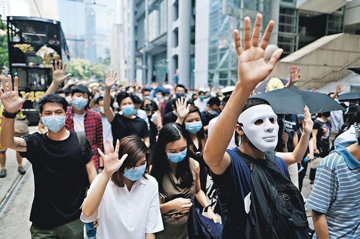 政府2019年10月4日宣布引用《緊急法》訂立《禁蒙面法》,同日大批市民戴上口罩或面罩在中環遊行,反對引用緊急法。