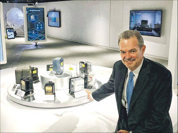 中電總裁及首席執行官藍凌志表示,全港有約230萬個電表要更換成新智能電表,估計整個項目投資額約20億元。