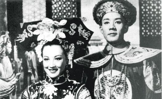 二戰後,電影工作者朱石麟因曾在日本人掌控的電影公司工作,備受社會壓力,於是南下香港,1948年執導拍攝國語電影《清宮秘史》。圖為《清宮秘史》劇照。