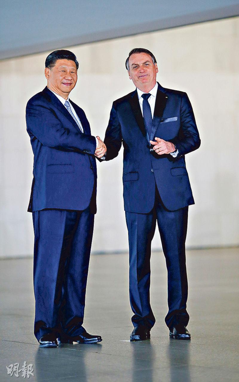 周二晚飛抵巴西的國家主席習近平(左),周三在巴西利亞的金磚峰會舉行前,與巴西總統博索納羅(右)會晤。(路透社)