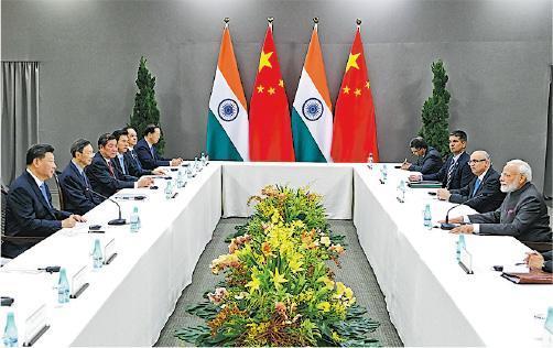 國家主席習近平(左一)13日在巴西與印度總理莫迪(右一)會晤。習稱,願保持密切溝通,增進政治互信,妥善管控分歧,拓展務實合作。(新華社)