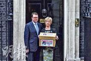 海倫‧麥考特之母(右)跟當區國會議員麥克金(左)去年攜着一箱支持設立《海倫法》的聯署信到唐寧街,爭取立法阻兇徒隱瞞被殺者下落。(Getty Images)