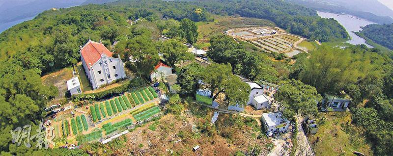 位於西貢內海的鹽田梓又名鹽田仔,村民多年前組成「鹽光保育中心」,以保育鹽田梓村的鄉土文物和傳承宗教文化。