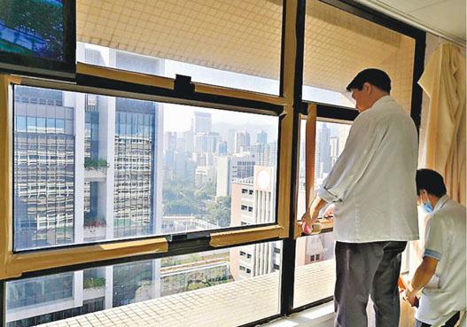 院方派員用膠紙封上窗罅。(伊院通fb圖片)