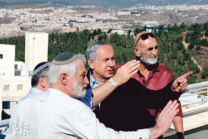 以色列總理內塔尼亞胡(右二)昨日到西岸視察一處殖民區。(法新社)