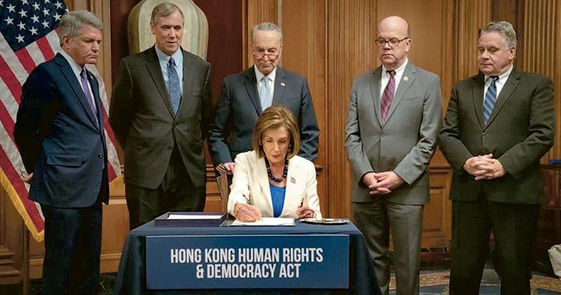 美國眾議院議長佩洛西(前)昨日在兩黨議員代表陪同下,按程序簽字「登記」之前兩日分別由參眾兩院通過的《香港人權與民主法案》草案,將會交到白宮待總統特朗普正式簽署生效。(佩洛西facebook圖片)
