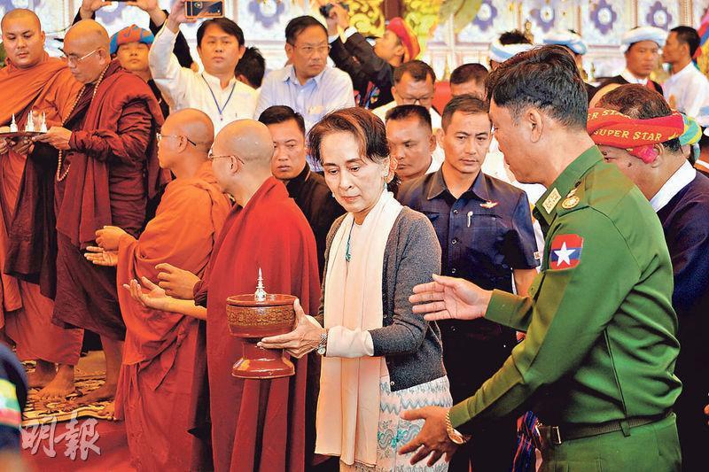 現任緬甸國務資政、外交部長的昂山素姬(前排右二)周三在撣邦出席一個佛塔的開幕式。(法新社)