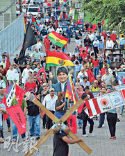 在玻利維亞以外,鄰近的南美國家亦有支持玻國前總統莫拉萊斯的示威,例如洪都拉斯左翼政黨「自由和重建」上周五在首都特古西加爾巴示威支持莫拉萊斯。(法新社)