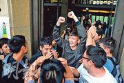 阿根廷18歲青年比利亞隆加(中)指控意大利神父科拉迪等人在門多薩的失聰聽障中心性侵犯他,周一得知被告罪成判囚後,他與多名受害者振臂歡呼。(法新社)