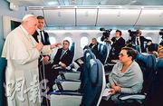 教宗方濟各(左)周二結束長達一周的亞洲訪問行程,乘專機從日本返回羅馬,途中在機上舉行記者會。(法新社)