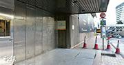 封閉兩周的紅隧上周三恢復通車,一度被破壞的紅隧行政大樓主要出入口昨日仍被鐵板圍封,運輸署上周解釋是為了保障隧道設施及員工安全。(林靄怡攝)