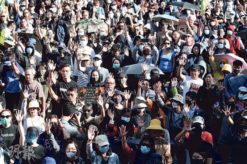 由銀髮族及中學生聯合舉辦的集會上,有數個歌唱表演環節,歌手及樂隊領唱《願榮光歸香港》時,群衆都會舉起手一齊高歌。(賴俊傑攝)