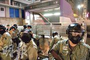 8.31事件發生3個月,市民昨晚到太子站外聚集,防暴警員多次到B1出口清理市民放於站外的鮮花及蠟燭。(林靄怡攝)