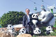 海洋公園行政總裁李繩宗來年7月1日正式退休,在公園25年來,他曾負責引入大熊貓,也最愛大熊貓。他於訪問中得意道,親手抱過大熊貓寶寶,體型較拍照所抱的公仔更小,面上流露興奮之情。(楊柏賢攝)
